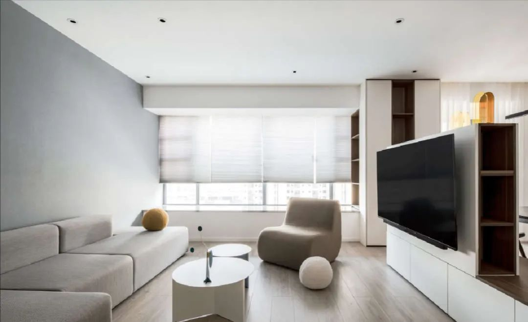 低饱和度色彩+整屋收纳柜,这个133㎡的五口之家,清爽又开阔!