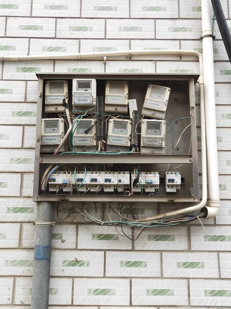 凉亭镇康居新村小区,H区户外电表箱多年一直破烂不堪