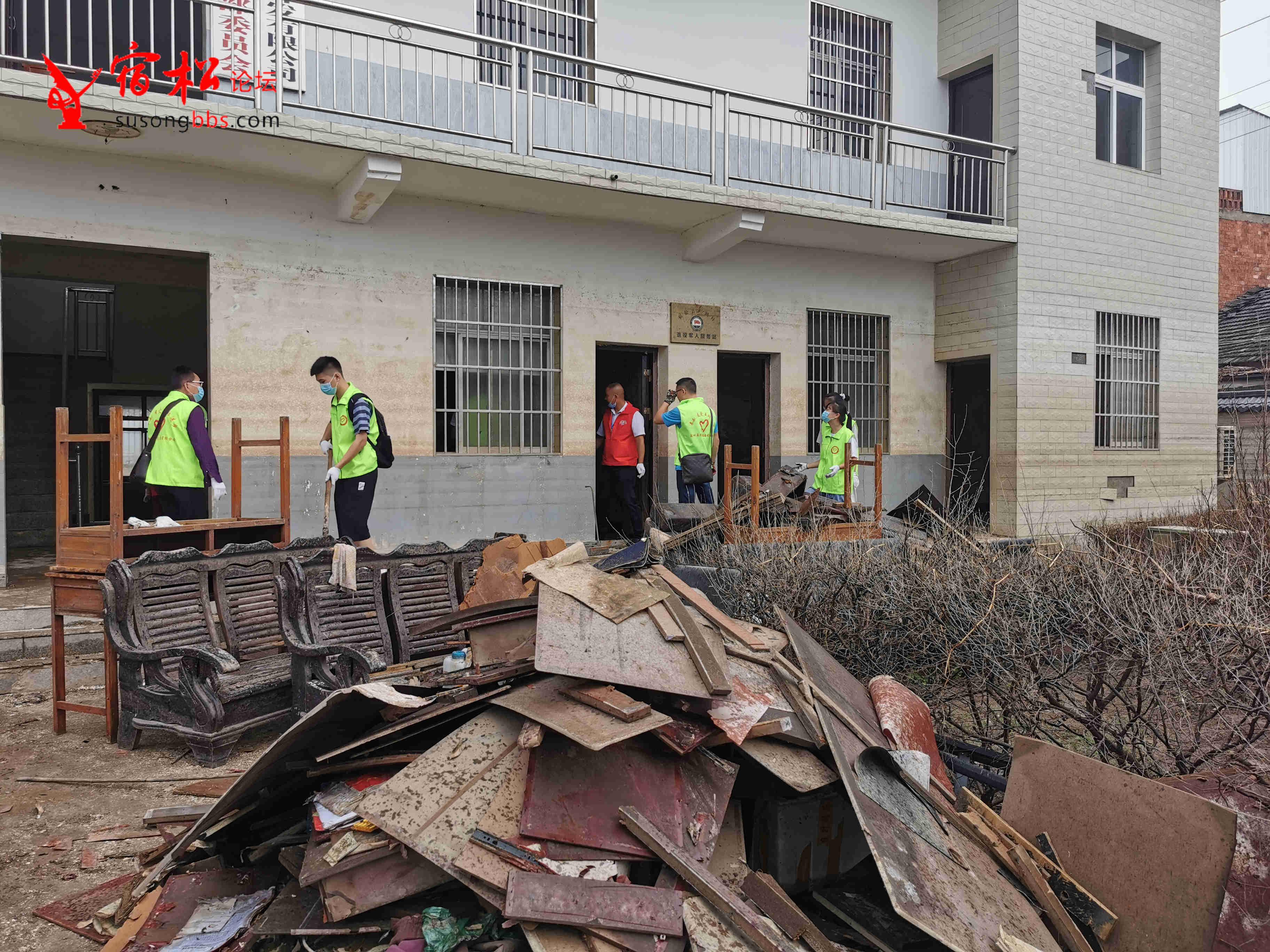 現場記錄:宿松縣50余名青年志愿者,參與災后重建的一天!
